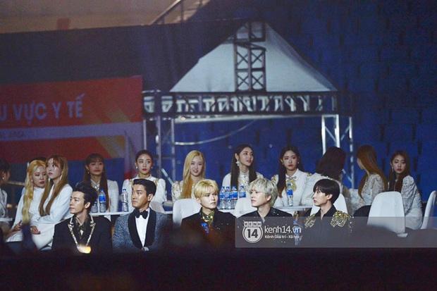 Khoảnh khắc cực phẩm ở hàng ghế nghệ sĩ AAA: Park Min Young - Ji Chang Wook đọ góc nghiêng, Yoona một mình cân cả dàn tài tử và idol - Ảnh 8.