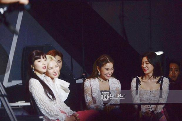 Khoảnh khắc cực phẩm ở hàng ghế nghệ sĩ AAA: Park Min Young - Ji Chang Wook đọ góc nghiêng, Yoona một mình cân cả dàn tài tử và idol - Ảnh 10.