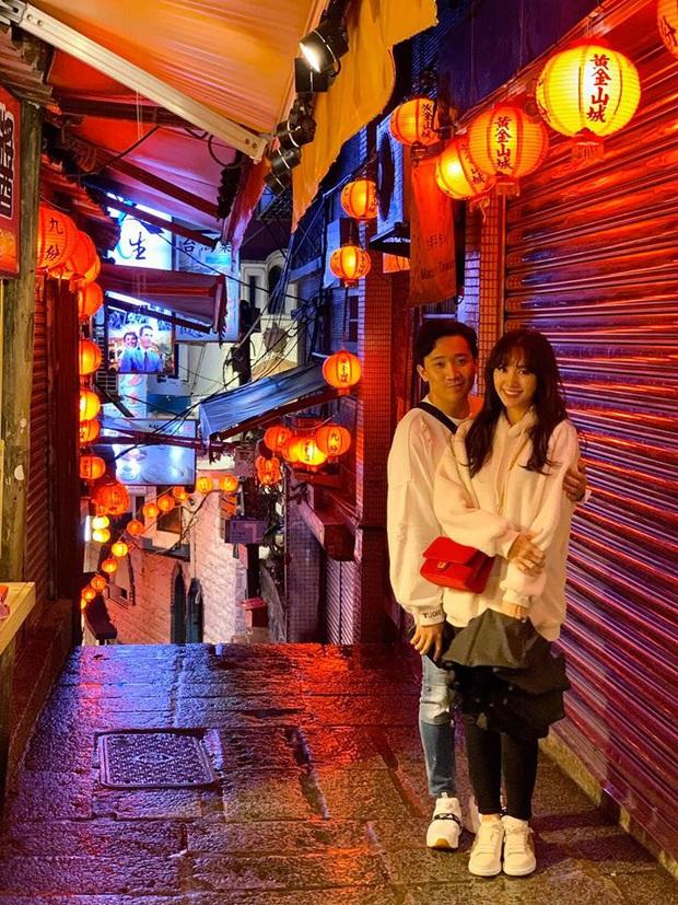 Tình bể tình như Trấn Thành và Hari Won: Đi Đài Loan cùng hội bạn thân vẫn không quên chụp hình lãng mạn như quay MV - Ảnh 1.