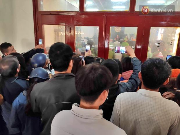 Chùm ảnh: Người dân chen chúc bên ngoài tòa án để livestream phiên xét xử mẹ nữ sinh giao gà và đồng phạm - Ảnh 3.