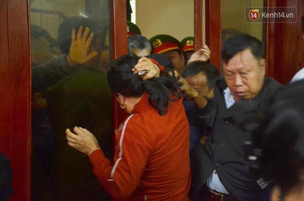 Kết thúc phiên xử buổi sáng vụ mẹ nữ sinh giao gà cùng đồng phạm: Vì Thị Thu phản cung, bà Hiền nói mình bị oan - Ảnh 9.