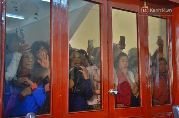 Chùm ảnh: Người dân chen chúc bên ngoài tòa án để livestream phiên xét xử mẹ nữ sinh giao gà và đồng phạm - Ảnh 5.