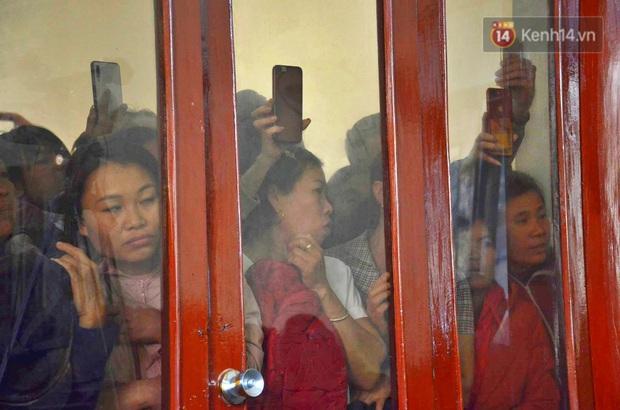 Chùm ảnh: Người dân chen chúc bên ngoài tòa án để livestream phiên xét xử mẹ nữ sinh giao gà và đồng phạm - Ảnh 7.