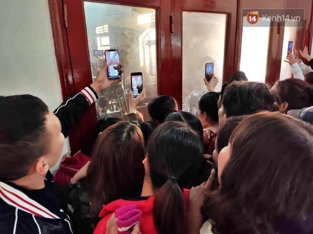 Chùm ảnh: Người dân chen chúc bên ngoài tòa án để livestream phiên xét xử mẹ nữ sinh giao gà và đồng phạm - Ảnh 4.