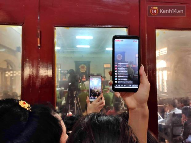 Chùm ảnh: Người dân chen chúc bên ngoài tòa án để livestream phiên xét xử mẹ nữ sinh giao gà và đồng phạm - Ảnh 2.