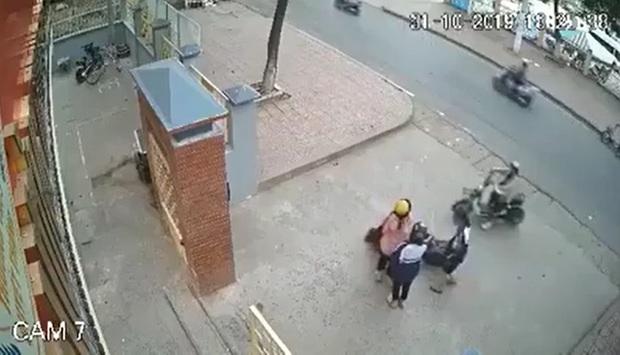 Clip gây phẫn nộ: Ngồi trên xe đạp điện bị nam thanh niên lao vào sàm sỡ, nữ sinh sợ hãi giằng co trong bất lực - Ảnh 2.