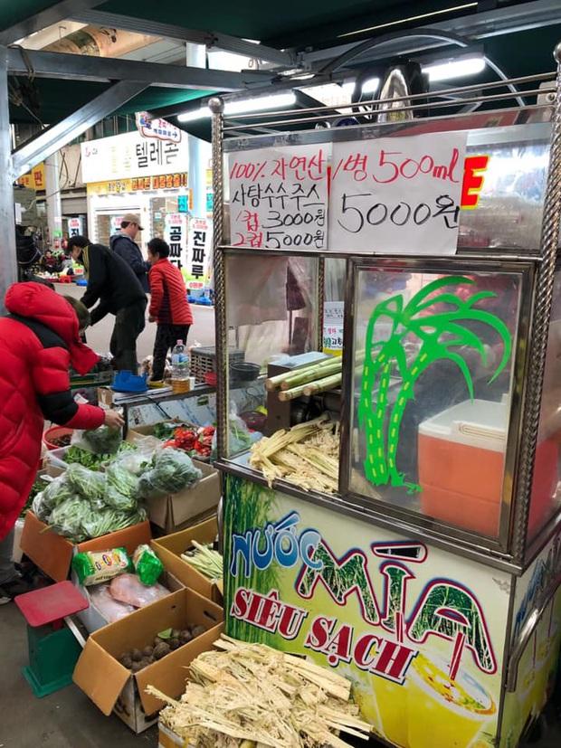 Xe bán bánh khúc và quầy ép nước mía đậm chất Việt Nam xuất hiện trên đường phố Hàn Quốc khiến dân tình thích thú, giá thì đắt hơn 4-5 lần - Ảnh 3.