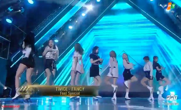 """Nhóm nhạc Feel Special biểu diễn ca khúc """"TWICE"""" và Fancy, thêm một pha """"lag"""" cực mạnh tại AAA 2019! - Ảnh 3."""