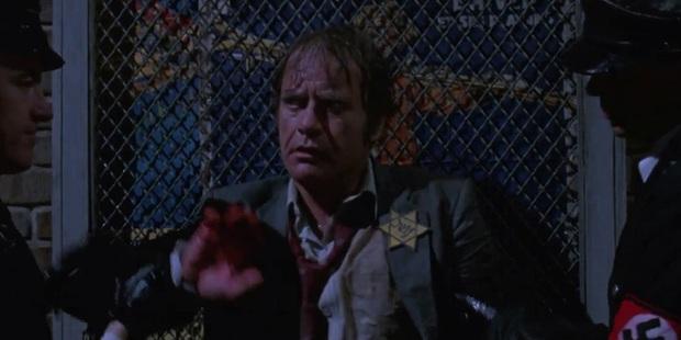 10 sự cố kinh hoàng trên phim trường: Thành Long nứt hộp sọ, con trai Lý Tiểu Long bị bắn chết - Ảnh 10.