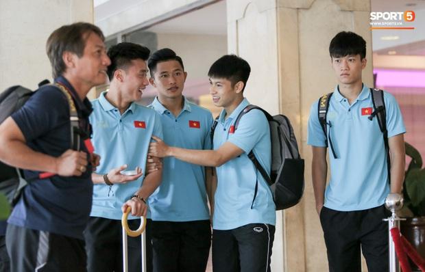Tuyển thủ ngái ngủ khi U22 Việt Nam di chuyển sớm 7 tiếng trước giờ thi đấu với U22 Lào - Ảnh 2.