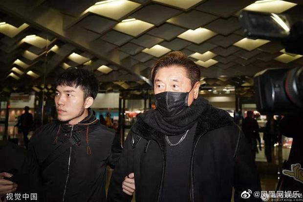Linh cữu Cao Dĩ Tường trở về quê nhà ngay trong đêm, bố nam diễn viên tiều tuỵ, nén nước mắt khi nhìn con lần cuối - Ảnh 5.