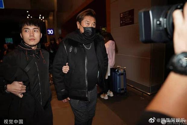 Linh cữu Cao Dĩ Tường trở về quê nhà ngay trong đêm, bố nam diễn viên tiều tuỵ, nén nước mắt khi nhìn con lần cuối - Ảnh 6.