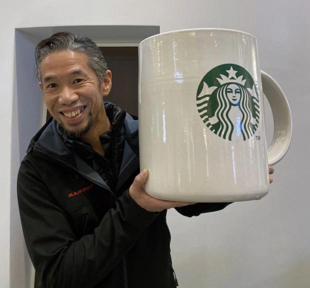 Starbucks lại khiến dân tình mắt chữ A, miệng chữ O với phiên bản ly sứ siêu to khổng lồ nặng tới 9,5kg - Ảnh 1.