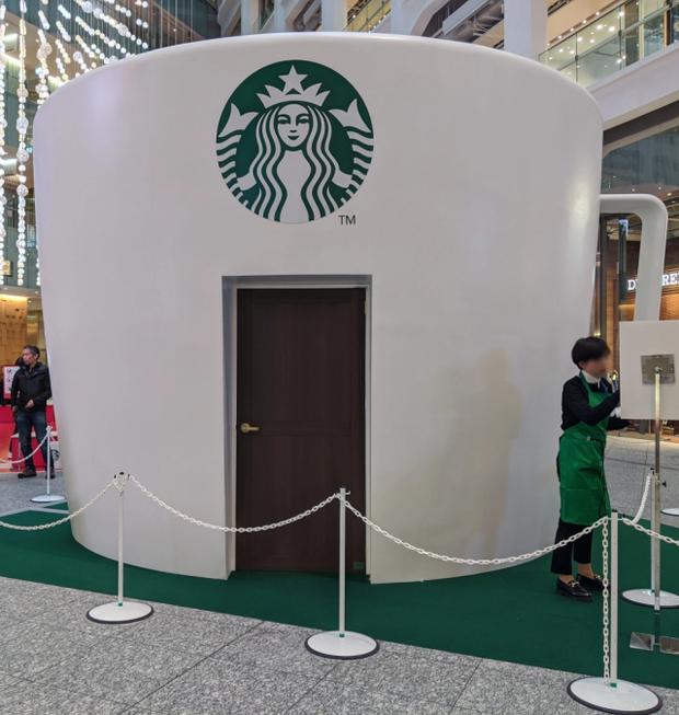 Starbucks lại khiến dân tình mắt chữ A, miệng chữ O với phiên bản ly sứ siêu to khổng lồ nặng tới 9,5kg - Ảnh 3.