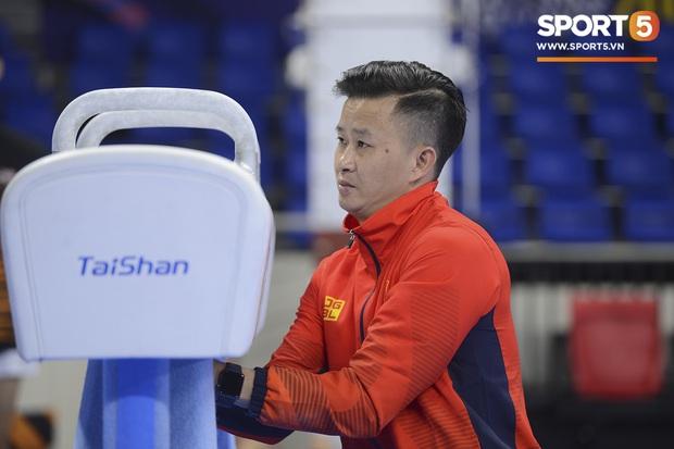 Cẩn thận như HLV Trương Minh Sang: Tự tay chuẩn bị cho học trò trong buổi tập cân não trước thềm SEA Games 2019 - Ảnh 3.