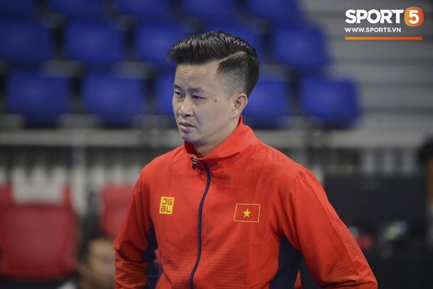 Cẩn thận như HLV Trương Minh Sang: Tự tay chuẩn bị cho học trò trong buổi tập cân não trước thềm SEA Games 2019 - Ảnh 1.