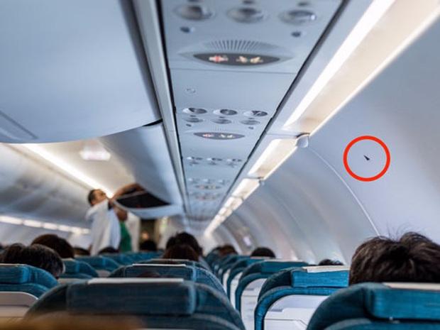 """Sự thật về ký hiệu tam giác đen in trên thân máy bay, tuy ít ai để ý nhưng hành khách ngồi vị trí này đều sẽ """"gặp may"""" - Ảnh 1."""