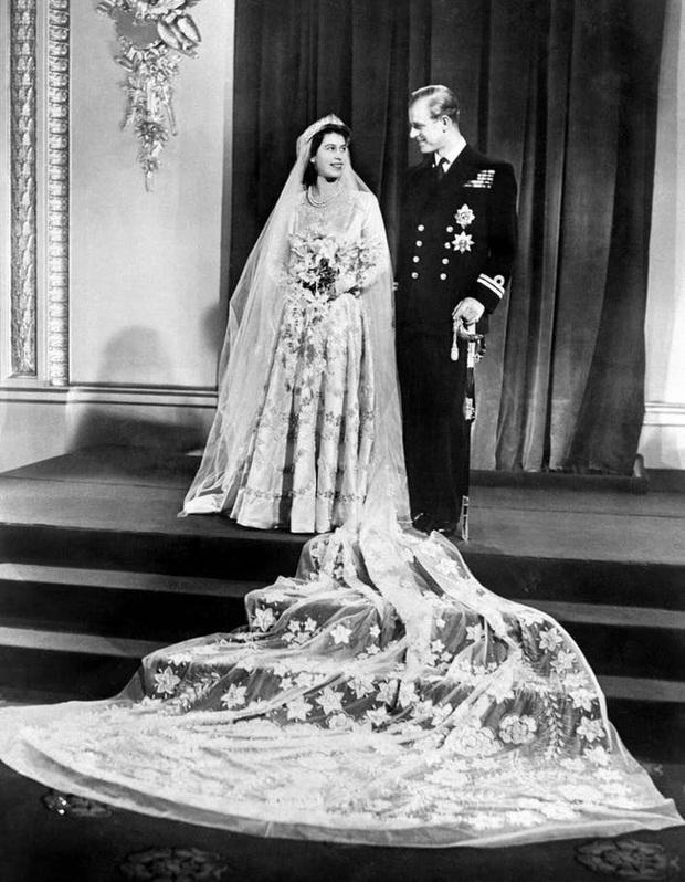 Những khoảnh khắc ấn tượng của vợ chồng Nữ hoàng Anh nhân dịp kỷ niệm đám cưới 72 năm, minh chứng cho tình yêu vĩnh cửu là có thật - Ảnh 1.