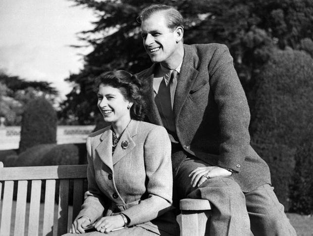 Những khoảnh khắc ấn tượng của vợ chồng Nữ hoàng Anh nhân dịp kỷ niệm đám cưới 72 năm, minh chứng cho tình yêu vĩnh cửu là có thật - Ảnh 2.