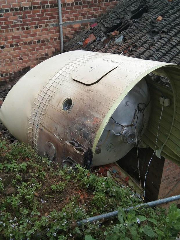Trung Quốc: Động cơ tên lửa du hành vũ trụ rơi xuống đất san phẳng nhà dân - Ảnh 1.