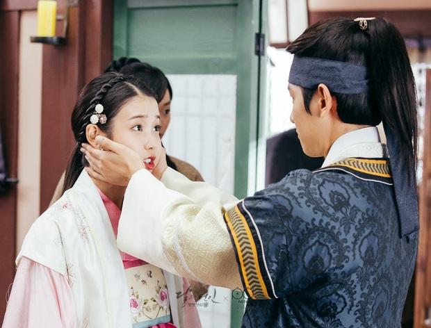 Nhìn EXO và IU đấu nhau trên BXH, bồi hồi nhớ chị Nguyệt từng nằm trên Baekhyun ở Moon Lovers - Ảnh 12.