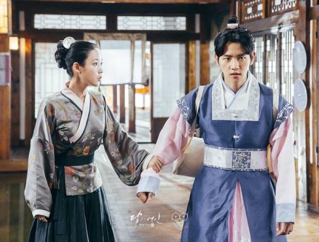 Nhìn EXO và IU đấu nhau trên BXH, bồi hồi nhớ chị Nguyệt từng nằm trên Baekhyun ở Moon Lovers - Ảnh 13.
