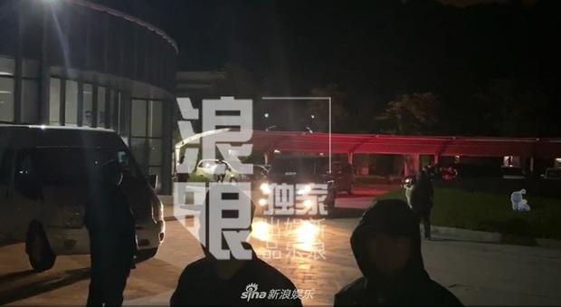 Linh cữu Cao Dĩ Tường trở về quê nhà ngay trong đêm, bố nam diễn viên tiều tuỵ, nén nước mắt khi nhìn con lần cuối - Ảnh 2.