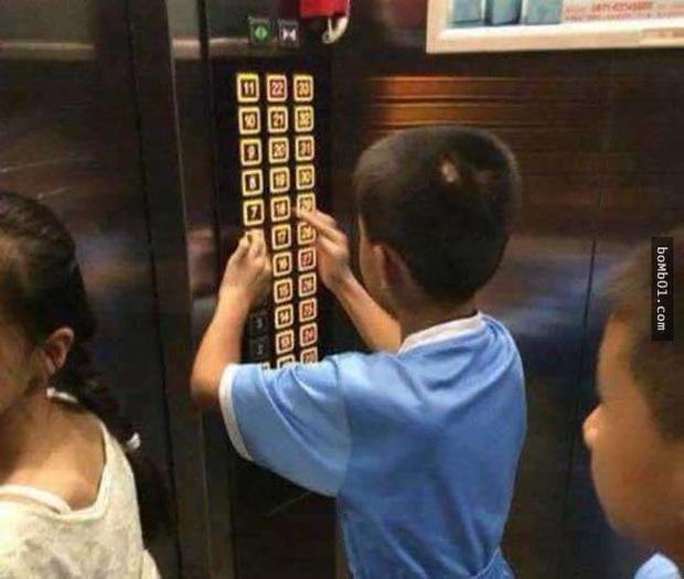 Con nghịch ngợm bấm hết các nút trong thang máy khiến mọi người tức giận, người mẹ nhanh tay xử trí khiến ai cũng dịu lại - Ảnh 1.
