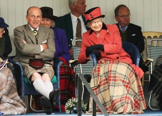 Những khoảnh khắc ấn tượng của vợ chồng Nữ hoàng Anh nhân dịp kỷ niệm đám cưới 72 năm, minh chứng cho tình yêu vĩnh cửu là có thật - Ảnh 11.