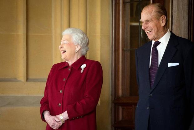 Những khoảnh khắc ấn tượng của vợ chồng Nữ hoàng Anh nhân dịp kỷ niệm đám cưới 72 năm, minh chứng cho tình yêu vĩnh cửu là có thật - Ảnh 13.