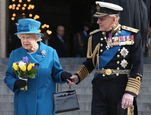 Những khoảnh khắc ấn tượng của vợ chồng Nữ hoàng Anh nhân dịp kỷ niệm đám cưới 72 năm, minh chứng cho tình yêu vĩnh cửu là có thật - Ảnh 14.