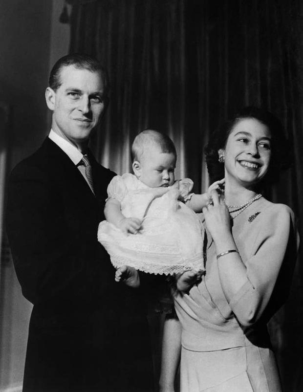 Những khoảnh khắc ấn tượng của vợ chồng Nữ hoàng Anh nhân dịp kỷ niệm đám cưới 72 năm, minh chứng cho tình yêu vĩnh cửu là có thật - Ảnh 3.