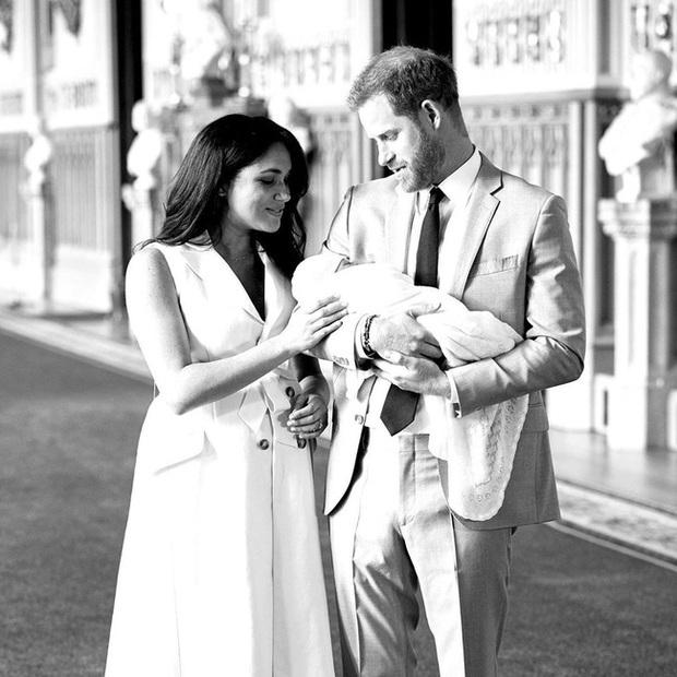 Vợ chồng Meghan Markle kỷ niệm 2 năm đính hôn bằng 3 tấm hình đặc biệt đầy ẩn ý - Ảnh 3.