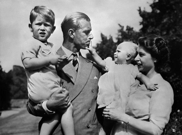 Những khoảnh khắc ấn tượng của vợ chồng Nữ hoàng Anh nhân dịp kỷ niệm đám cưới 72 năm, minh chứng cho tình yêu vĩnh cửu là có thật - Ảnh 4.