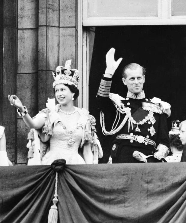 Những khoảnh khắc ấn tượng của vợ chồng Nữ hoàng Anh nhân dịp kỷ niệm đám cưới 72 năm, minh chứng cho tình yêu vĩnh cửu là có thật - Ảnh 5.