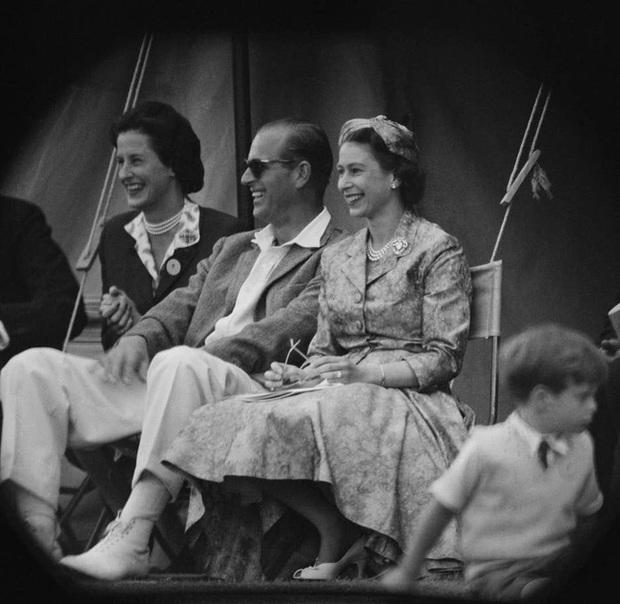 Những khoảnh khắc ấn tượng của vợ chồng Nữ hoàng Anh nhân dịp kỷ niệm đám cưới 72 năm, minh chứng cho tình yêu vĩnh cửu là có thật - Ảnh 6.