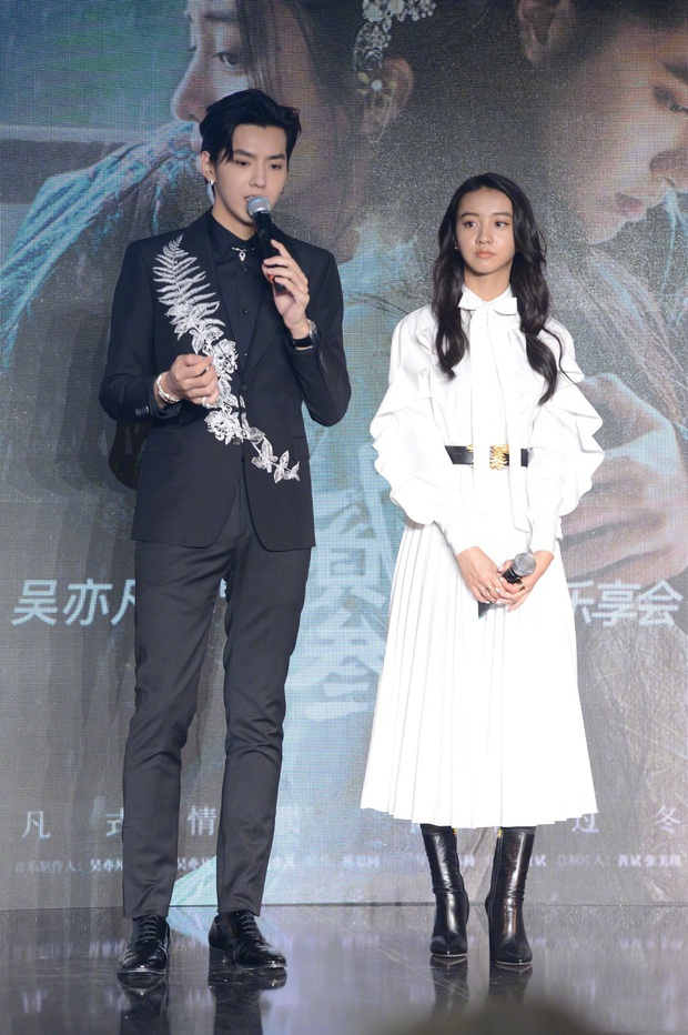 Diện cùng thiết kế: Jessica bánh bèo rất xinh nhưng lại không ấn tượng bằng ái nữ 16 tuổi của tài tử quyền lực nhất Nhật Bản - Ảnh 8.