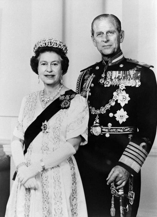 Những khoảnh khắc ấn tượng của vợ chồng Nữ hoàng Anh nhân dịp kỷ niệm đám cưới 72 năm, minh chứng cho tình yêu vĩnh cửu là có thật - Ảnh 8.
