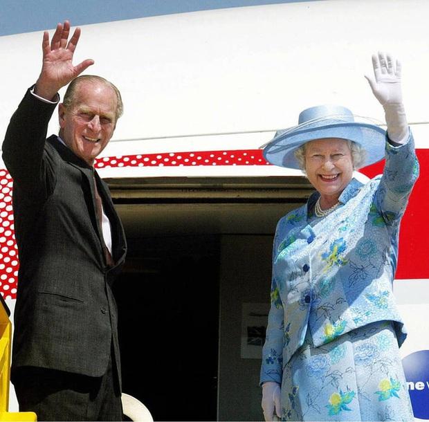 Những khoảnh khắc ấn tượng của vợ chồng Nữ hoàng Anh nhân dịp kỷ niệm đám cưới 72 năm, minh chứng cho tình yêu vĩnh cửu là có thật - Ảnh 9.