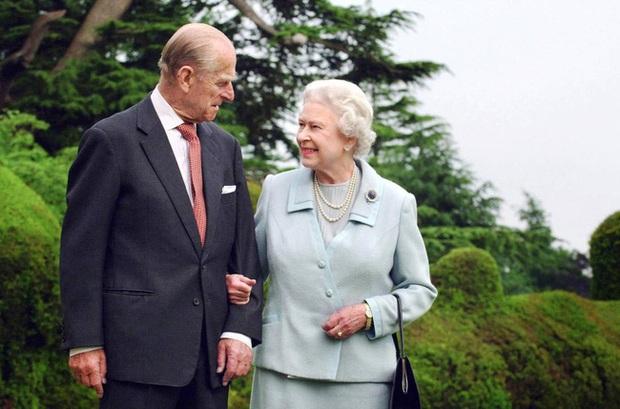 Những khoảnh khắc ấn tượng của vợ chồng Nữ hoàng Anh nhân dịp kỷ niệm đám cưới 72 năm, minh chứng cho tình yêu vĩnh cửu là có thật - Ảnh 10.