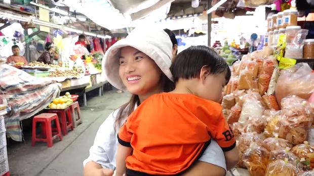 Hai mẹ con Quỳnh Trần JP và bé Sa càn quét chợ Bà Chiểu khiến người người nhà nhà phấn khích, ai nấy đều háo hức xin chụp hình - Ảnh 1.