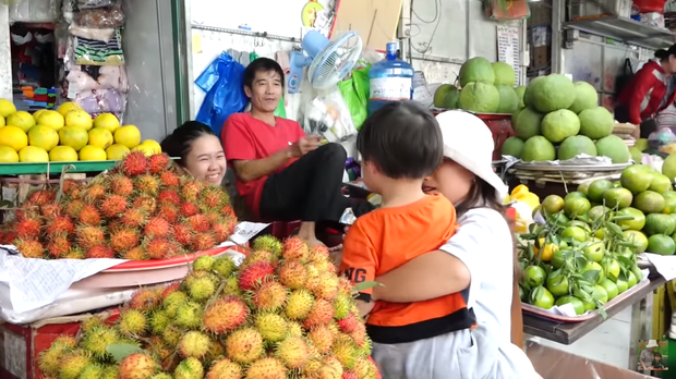 Hai mẹ con Quỳnh Trần JP và bé Sa càn quét chợ Bà Chiểu khiến người người nhà nhà phấn khích, ai nấy đều háo hức xin chụp hình - Ảnh 3.