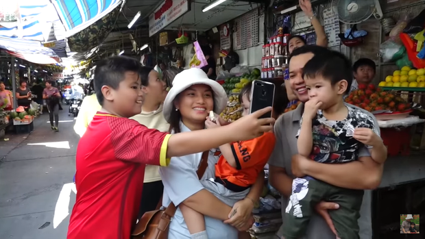 Hai mẹ con Quỳnh Trần JP và bé Sa càn quét chợ Bà Chiểu khiến người người nhà nhà phấn khích, ai nấy đều háo hức xin chụp hình - Ảnh 2.