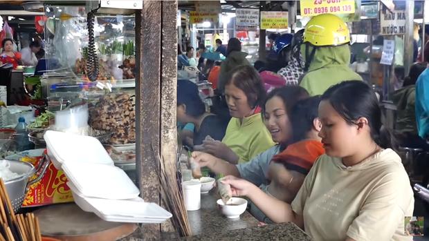 Hai mẹ con Quỳnh Trần JP và bé Sa càn quét chợ Bà Chiểu khiến người người nhà nhà phấn khích, ai nấy đều háo hức xin chụp hình - Ảnh 6.