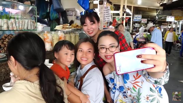 Hai mẹ con Quỳnh Trần JP và bé Sa càn quét chợ Bà Chiểu khiến người người nhà nhà phấn khích, ai nấy đều háo hức xin chụp hình - Ảnh 11.