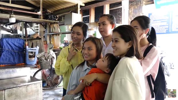 Hai mẹ con Quỳnh Trần JP và bé Sa càn quét chợ Bà Chiểu khiến người người nhà nhà phấn khích, ai nấy đều háo hức xin chụp hình - Ảnh 13.