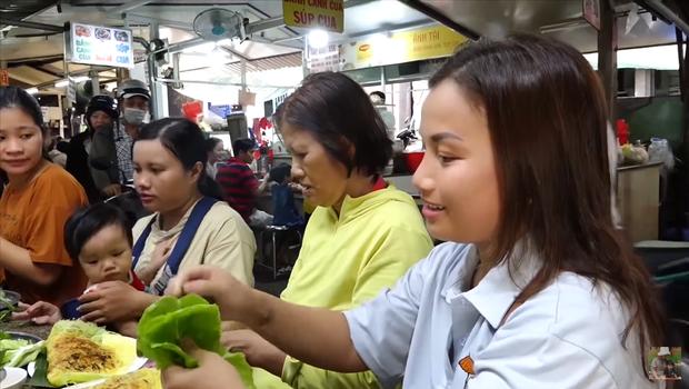 Hai mẹ con Quỳnh Trần JP và bé Sa càn quét chợ Bà Chiểu khiến người người nhà nhà phấn khích, ai nấy đều háo hức xin chụp hình - Ảnh 9.