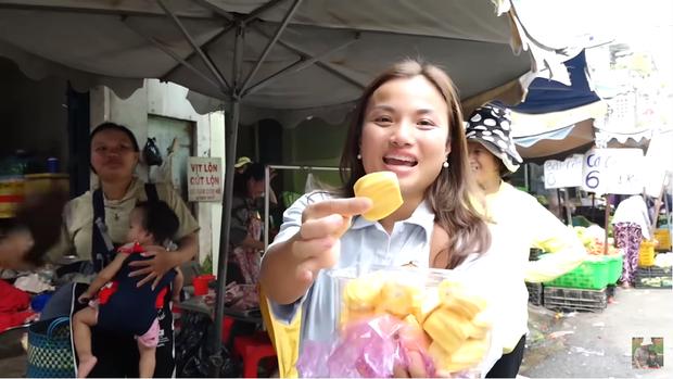 Hai mẹ con Quỳnh Trần JP và bé Sa càn quét chợ Bà Chiểu khiến người người nhà nhà phấn khích, ai nấy đều háo hức xin chụp hình - Ảnh 16.
