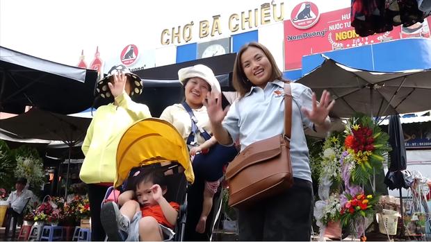 Hai mẹ con Quỳnh Trần JP và bé Sa càn quét chợ Bà Chiểu khiến người người nhà nhà phấn khích, ai nấy đều háo hức xin chụp hình - Ảnh 17.