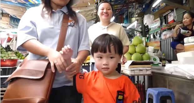 Hai mẹ con Quỳnh Trần JP và bé Sa càn quét chợ Bà Chiểu khiến người người nhà nhà phấn khích, ai nấy đều háo hức xin chụp hình - Ảnh 5.